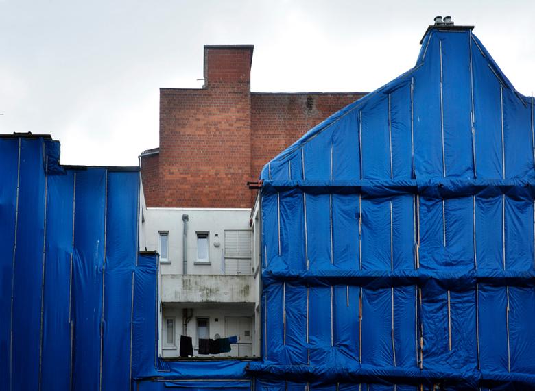 feeling blue - feeling blue staat voor meer dan de blauw ingepakte gevel. Huizen die wijken voor hoogbouw? Wonen in achterhuizen zonder licht en zon?