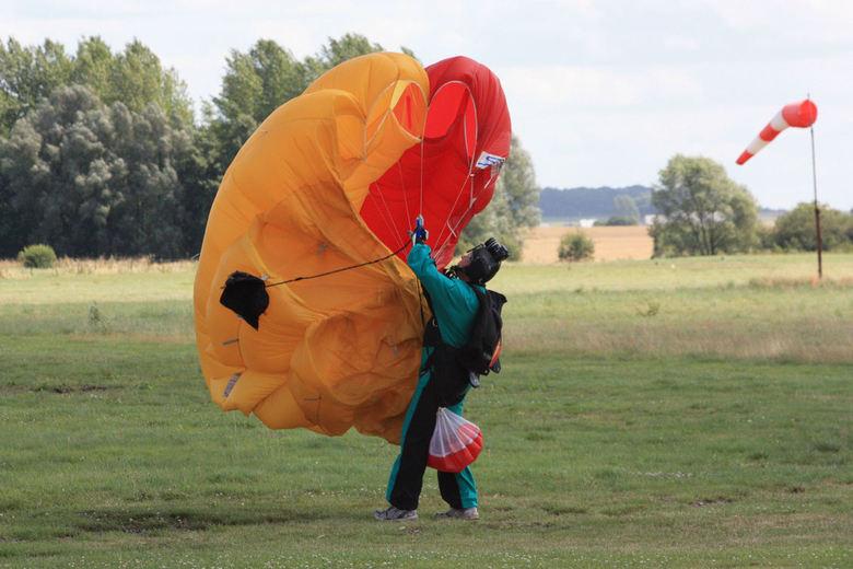 There she blows - NA de landing ving de parachute weer wind. Gelukkig kreeg de parachutist de parachute weer onder controle