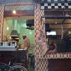 Straatbeeld met slagerij, Marrakech