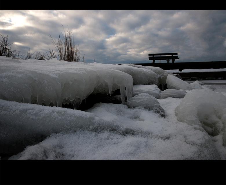IJskoud - Foto genomen vanaf het IJsselmeer. <br /> Tweede Kerstdag over het IJsselmeer gelopen, wel een aparte ervaring. Op sommige stukken was het