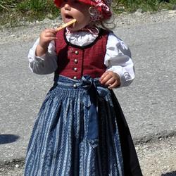 kind in klederdracht bergvolk