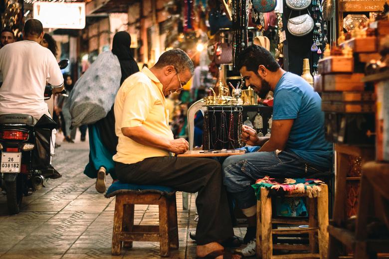 Time out - Twee kooplieden die tussendoor even van een potje dammen genieten in de souk (markt) van Marrakech.
