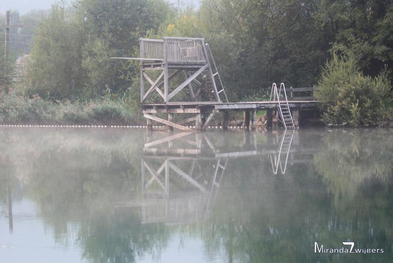 Springplank - De badensee bij het Fliegercamp in Greifenburg. 's Ochtends vroeg in het voorjaar hangt hier zo'n mooie laag mist / dauw wat v