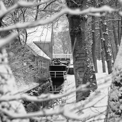 Watermolen in de sneeuw