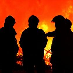 Brandweer houdt oogje in het zeil bij brandende kerstbomen
