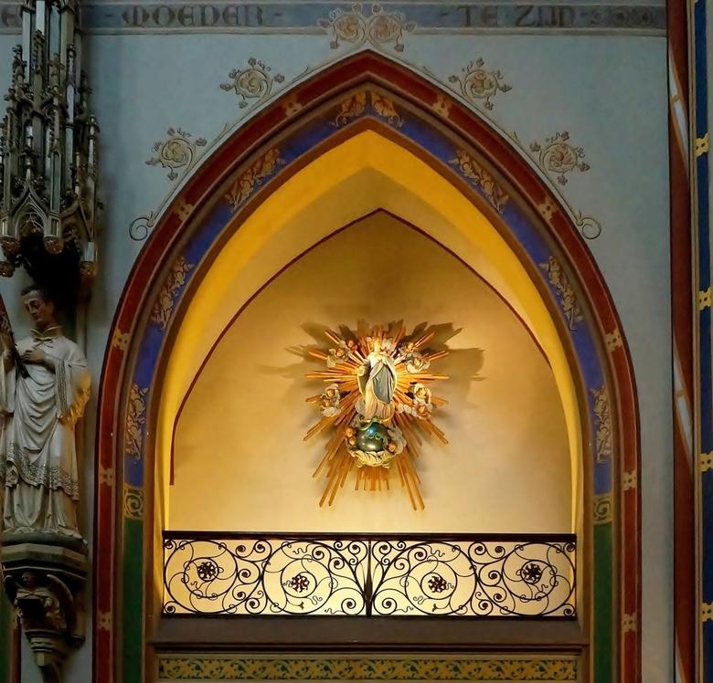 Het oudste . . .  - AMSTERDAM -  . . . houten beeld van Maria. . . nog in de tijd dat de Krijtberg een schuilkerk was.<br /> <br /> Al sinds 1654 wo