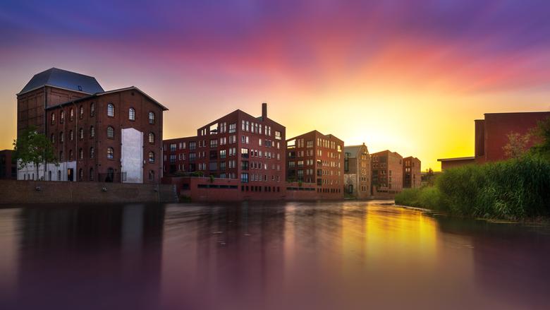 kleurrijke zondsondergang over Gedempte Gracht in Deventer Overijssel - foto is genomen met Sony A7R3 op statief met 10stop filter en bewerkt in Light