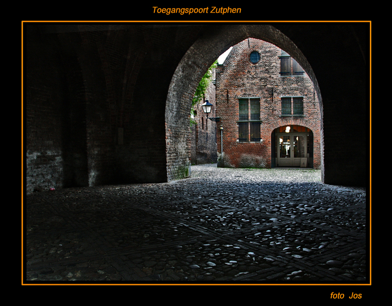 Poort naar Zutphen - Gister middag in Zutphen geweest. Het is een van de mooie Hanzesteden. Via deze oude toegang kom je in het centrum terecht. Ieder