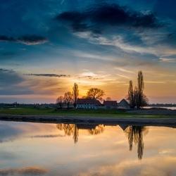 Zonsondergang langs de Maas