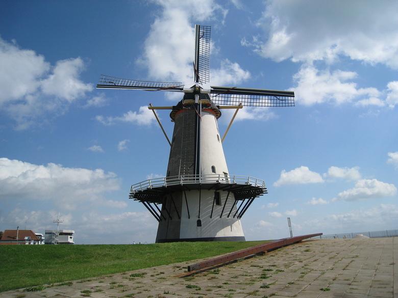 De enige molen die het dichts bij de zee staat - Een dagje in vlissingen kwamen deze molen tegen op de boulevard de molen heet de Oranjemolen uit circ