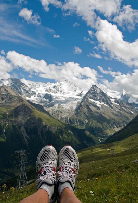 voeten_berg - uitzicht op de besneeuwde bergen in zwitserland