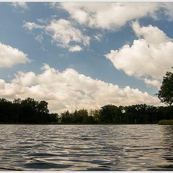 Wolken aan het water