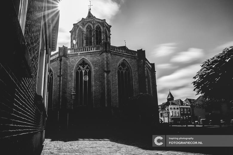 De grote kerk van Kampen - Niet het makkelijkste standpunt en met een groothoek zeker een uitdaging. De grootsheid van de 'Bovenkerk' van de