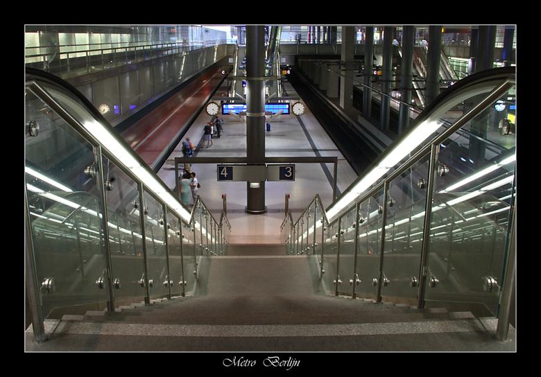 Metro  Berlijn - Dit is mijn tweede upload van Berlijn.<br /> Het eerste wat we gingen fotograferen was deze metro in Berlijn , deze foto is dankzij