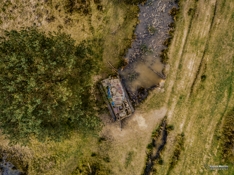 Verlaten tank vanuit de lucht gezien.... - verlaten tank...