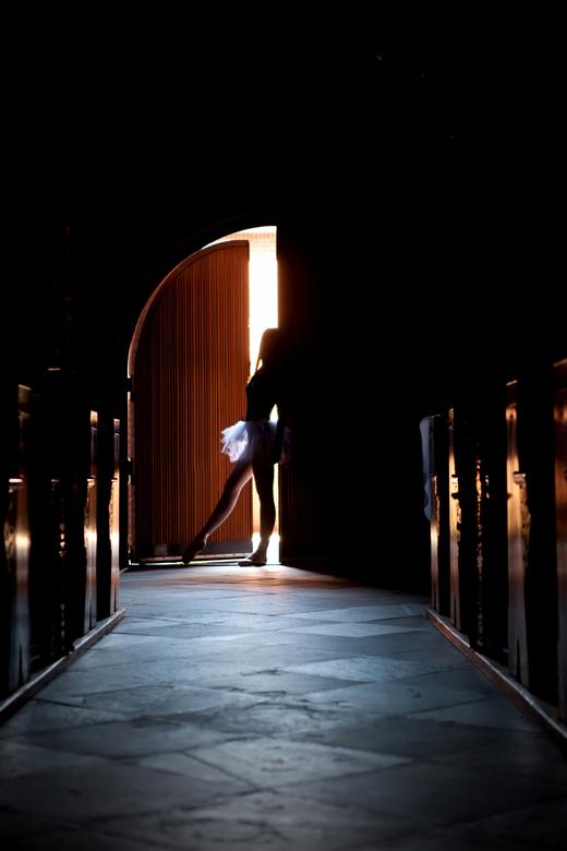 Ballerina - Ballerina in een kerk gefotografeerd. Het licht dat naar binnen scheen creëerde een prachtige sfeer.