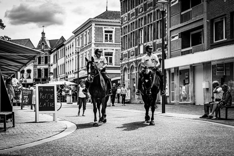 agenten te paard - Tijdens het corona-tijdperk kijken de agenten of de social distancing goed worden nageleefd