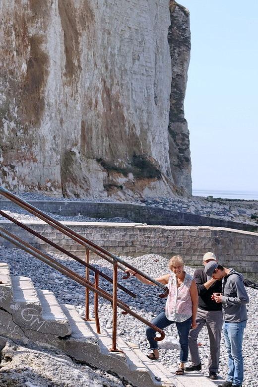 Normandié Frankrijk. - Klein kiezelstrand van Bois de Cise in Frankrijk. Via een kleine steile trap kom je op het strand, dan heb je een mooi  uitzich