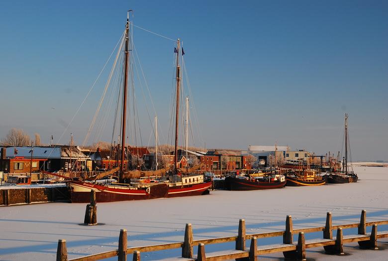 Winters stilleven... - Gezicht op het dichtgevroren haventje van Zoutkamp in Noord-Groningen.<br /> Prachtige winterdag en de (kleuren van de) schepe