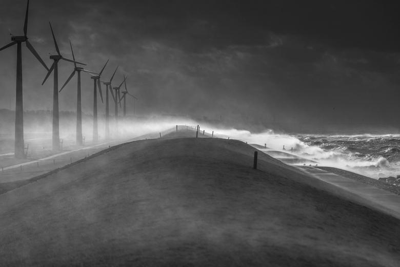 Zware storm Urk - Zware storm in Nederland oktober 2013.<br /> De dijk op Urk.<br /> Deze foto ging totaal onverwachts wereldwijd.