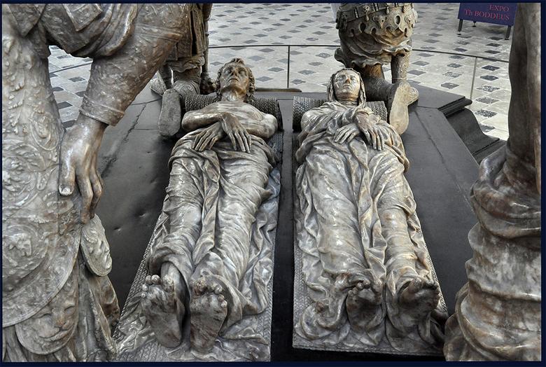 voor eeuwig naast elkaar liggen - Praalgraf NASSAU'sVoorouders Oranje koningshuis in grote kerk Breda         1210115700mw.jpg