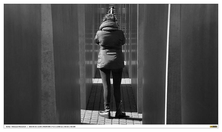 Berlin - Holocaust Denkmal - 2 - Holocaust Monument in Berlijn.<br /> omstreeks het middaguur met felle zon en harde schaduwen.<br /> <br /> Wachte