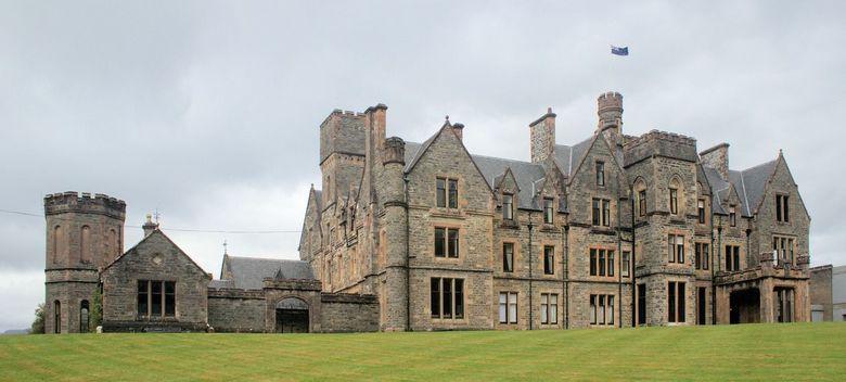 Duncraig Castle (Schotland) - Duncraig Castle is pas helemaal opgeknapt en word nu in gericht als hotel. Het lijkt van bij net een spook kasteel.<br /