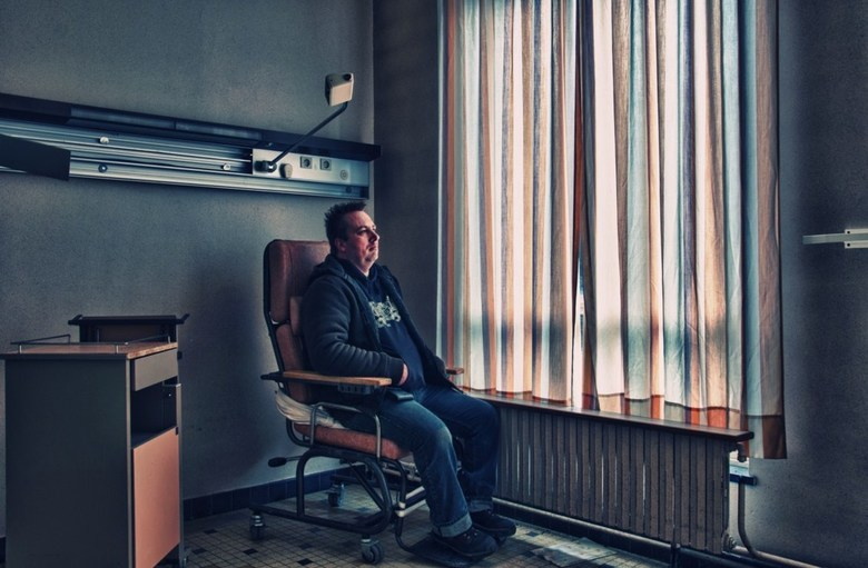 """The lonely man - Foto is een zelfportret genomen in het verlaten verzorgingstehuis """"Home Sweet Home"""" ergens in België... en staat een beetje"""