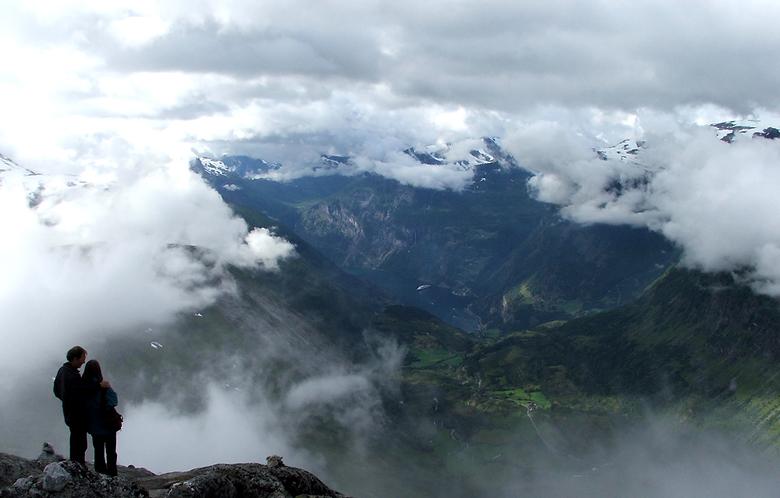 Even wegdromen bij het uitzicht - Deze foto&#039;s is gemaakt een paar km voor geiranger bij een uitzichtspunt. <br /> er stond een echtpaar van het