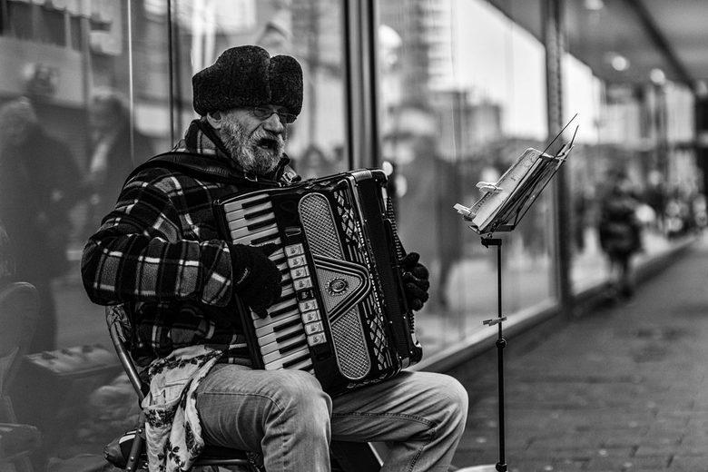 Straatmuzikant - Straatmuzikant in de Hoogstraat in Rotterdam.