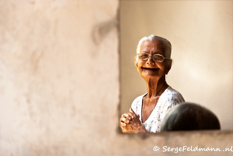FOSL 14 - In het Dutch Village, opvang voor dakloze ouderen, zie ik haar staan door het raam. Ze straalt en lacht. Ze heeft niets maar is zo gelukkig
