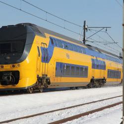 Trein raast voorbij in de sneeuw