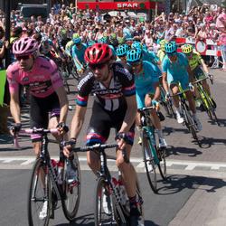 Tom Dumoulin in het peleton bij doorkomst Giro in Hummelo