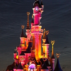 het disney kasteel in het licht gezet