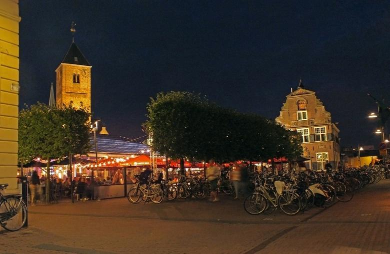 Tour du Jour sfeerfoto - Het TV programma Tour du Jour is neergestreken in het pittoreske centrum van Naaldwijk. Op het plein is een grote tent neerge