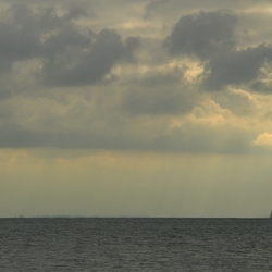 Dreigende wolken boven zee