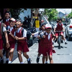 Schoolkinderen in Bali. Gecropped op kinematische afmetingen om het te laten lijken alsof het een scene uit een film is.