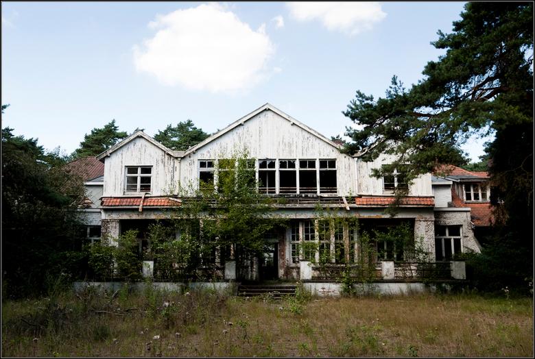 Weeshuis in Belgie - Oud vervallen weeshuis.