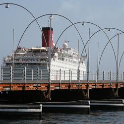 Cruiseschip langs pontjesbrug