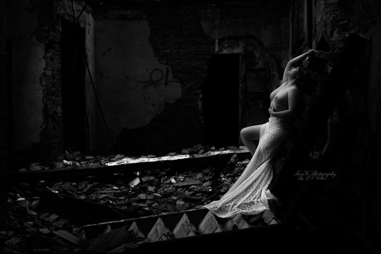 FoenVi-Fotografie-Rose-Black-Urbex_PLG3844bw - Artistiek naakt
