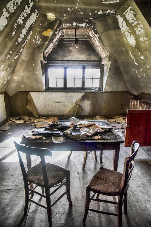 de schoolklas op zolder - het leslokaal <br /> het lijkt net of men hier gisteren is weggegaan <br /> het (bestaande) licht scheen fel door de ruite