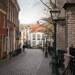 Een blik door de Kloksteeg te Leiden.