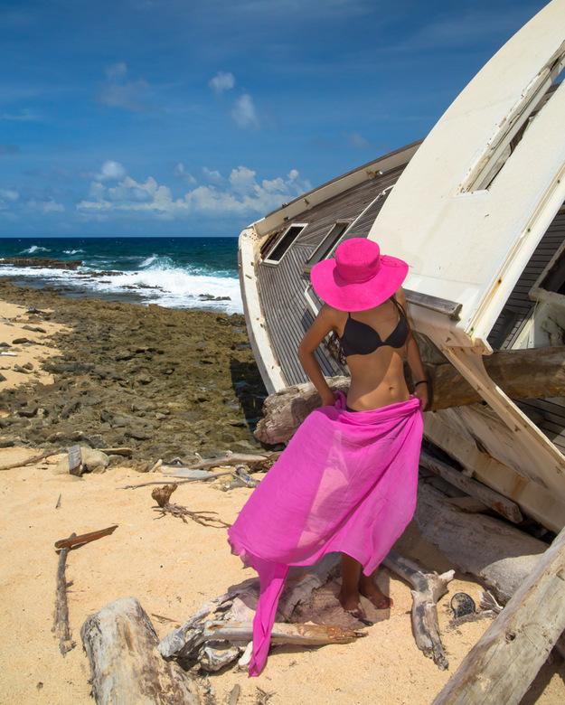 Roze en zwart op het strand - een onoplettend moment