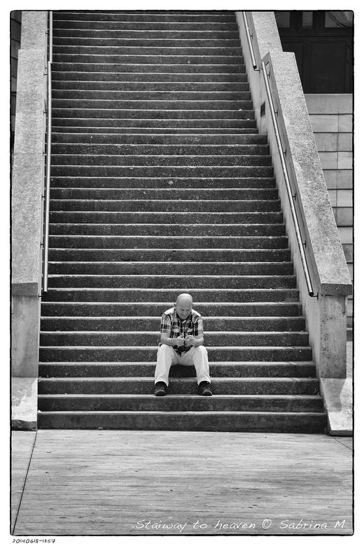 Stairway to heaven - Daar zat hij dan met zijn ingebeelde mobieltje.