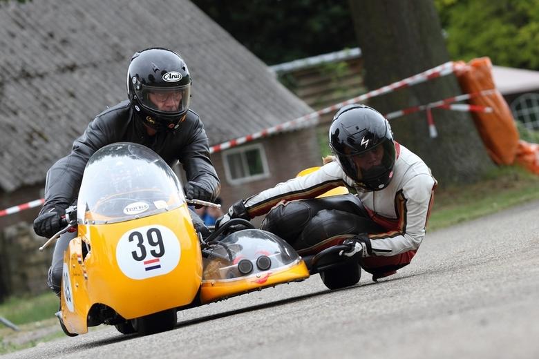 Classic TT zijspan races - Een zijspan combinatie tijdens de Classic TT in Ane.
