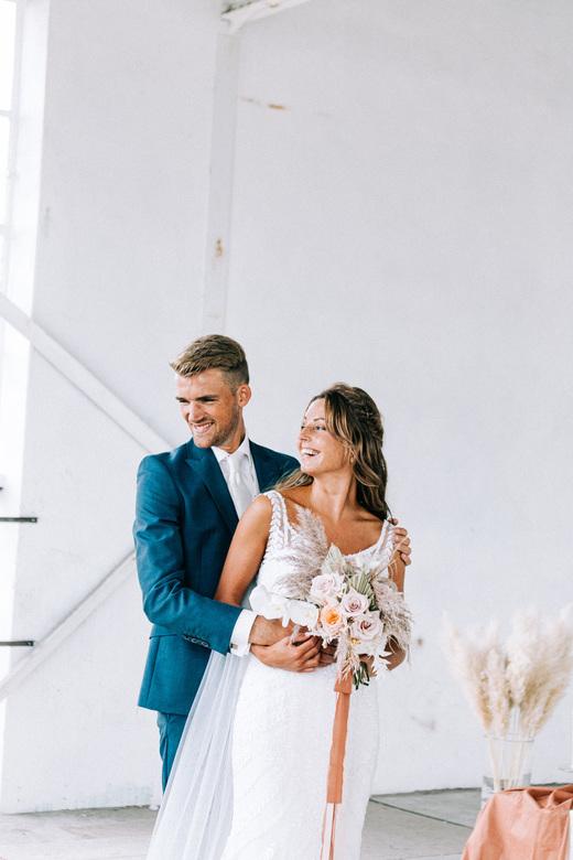 Bohemian Wedding - Heerlijk toch wanneer een bruidspaar elkaar zo aan het lachen maken en genieten van elkaar!<br /> <br /> Lens: Canon 70-200mm f4.