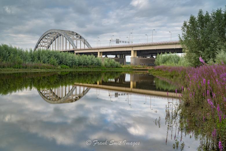 Lekbrug - Heerlijke spiegeling van de Lekbrug aan de zuidzijde van Nieuwegein genomen vanuit de Bossenwaard Uiterwaarden