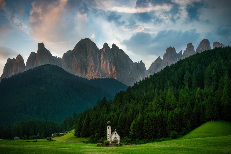 Dolomieten - Italie - Tsja, dit kerkje is 1000x gefotografeerd. De boer heeft zelfs besloten een hek om het veld te doen zodat er niemand meer op kan.