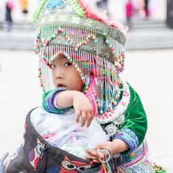 Verlegen meisje in klederdracht