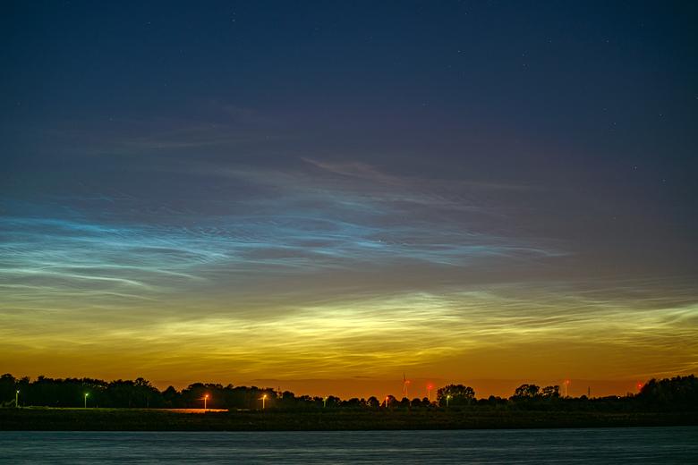 Kristalhelder - Twee weken voor en na de langste dag is het NLC seizoen. NLC staat voor Noctilucent Clouds. HEt zijn stofdeeltjes of ijskristallen op